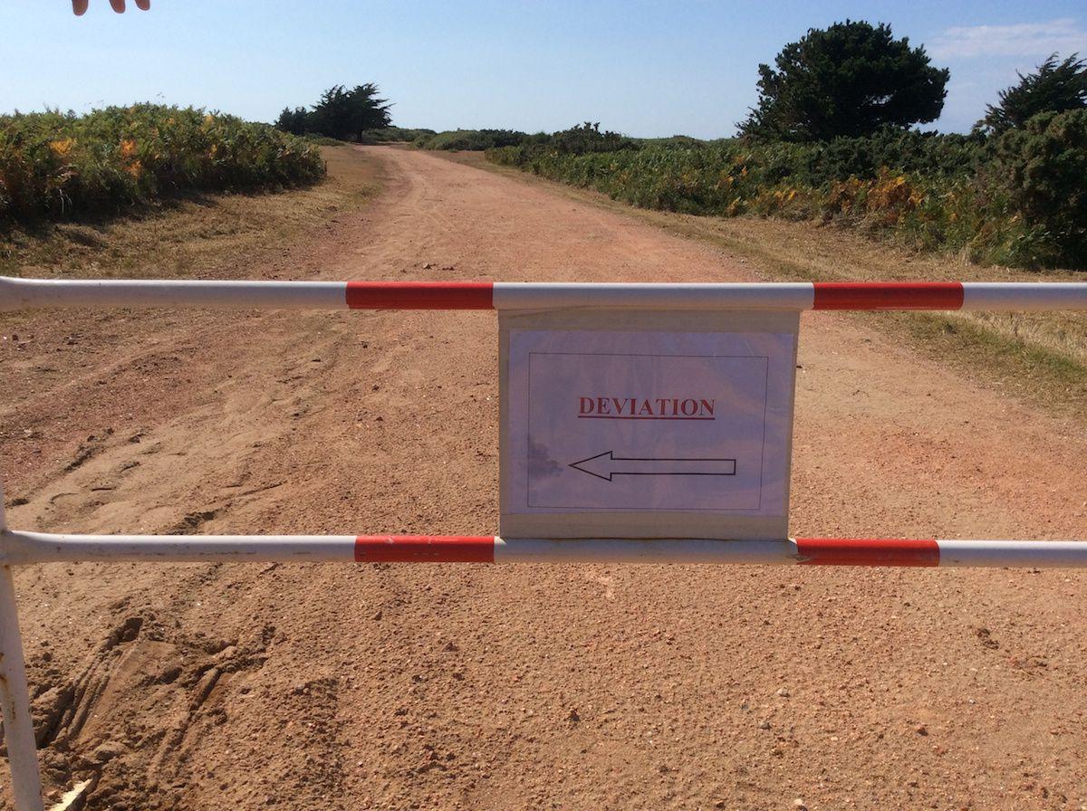 Une grande Première à Houat : un panneau indicateur routier!