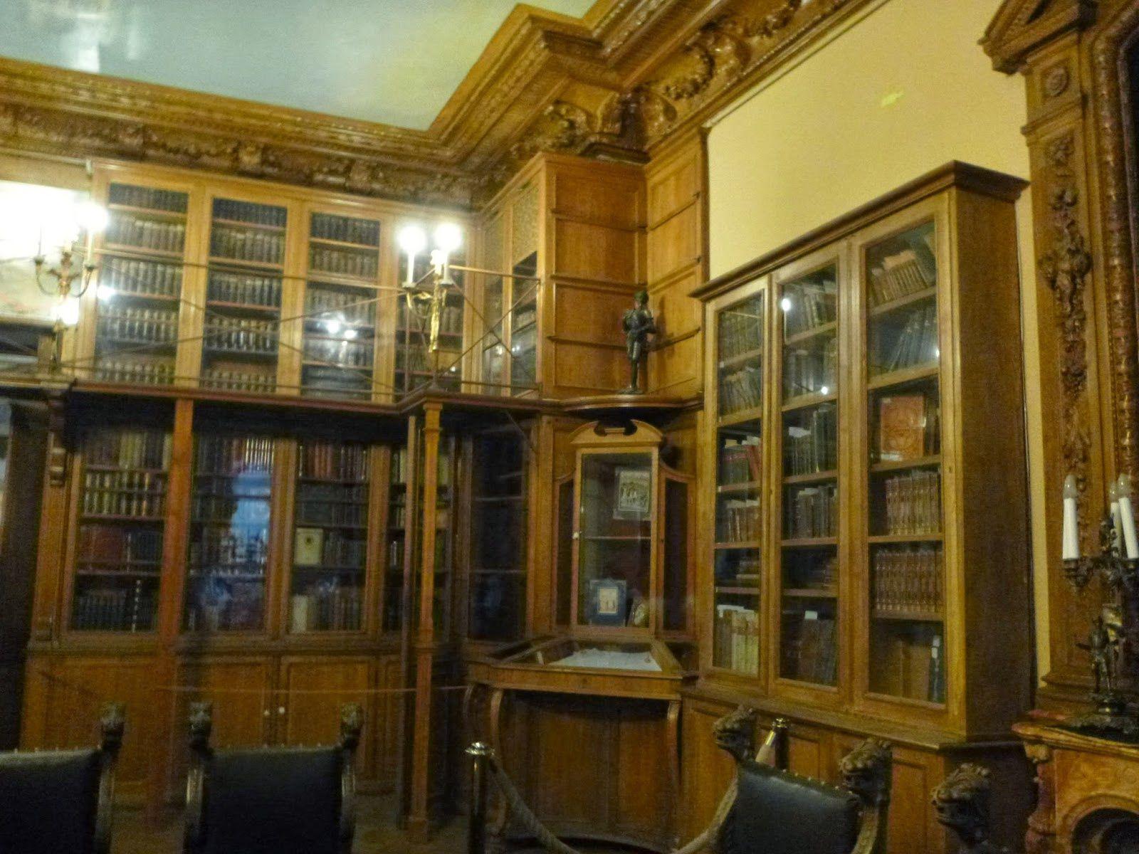 Palais Youssoupov, le salon de musique en bouleau de Karelli (aussi cher que l'or) et la bibliothèque où nous avons trouvé une collection de la Revue des deux Mondes