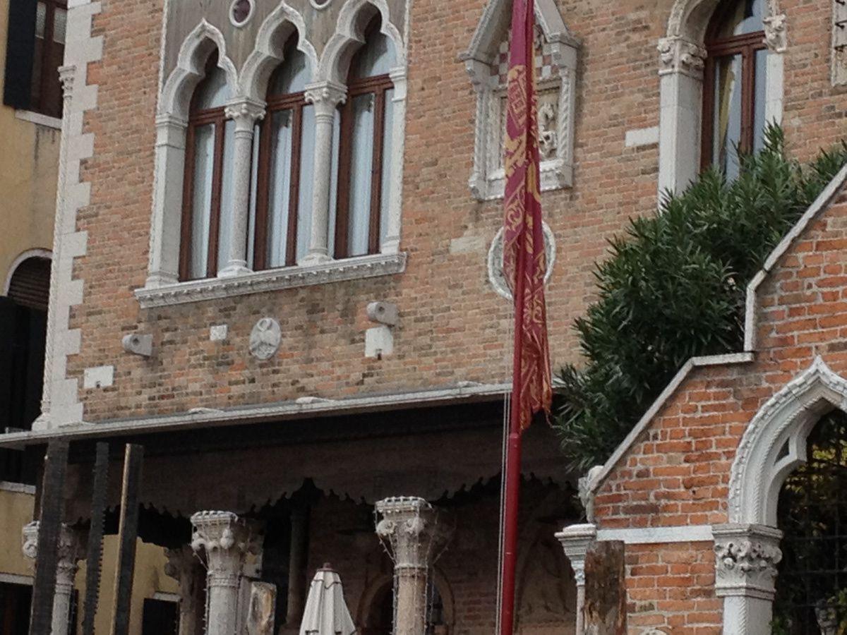 Sous la fenêtre tri-géminée de l'hôtel Palazzo Stern