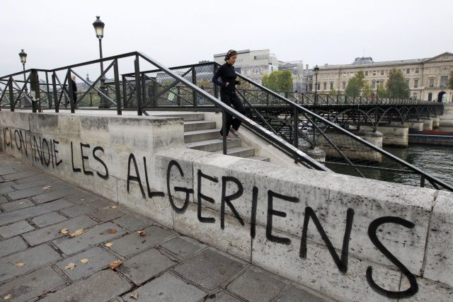 Slogan peint en 2011 sur le Pont des Arts, à Paris. Photo DR