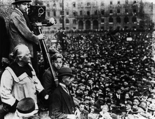 Clara Zetkin prenant la parole à une manifestation  le 31 août 1921 à Berlin