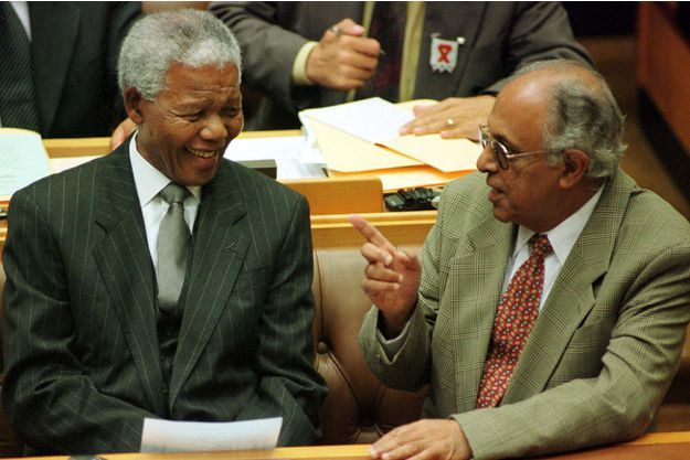 Ahmed Kathrada avec Nelson Mandela. Photo DR