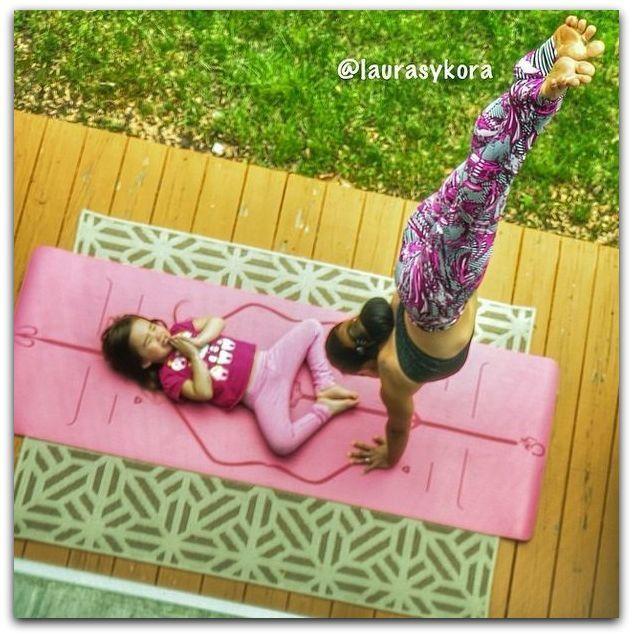 cette mère et sa fille font du yoga ensemble tous les jours.