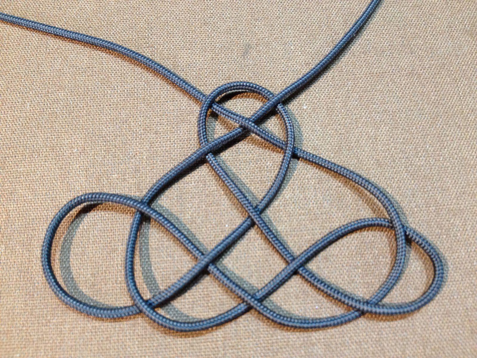 Boucles d'oreilles avec des noeuds