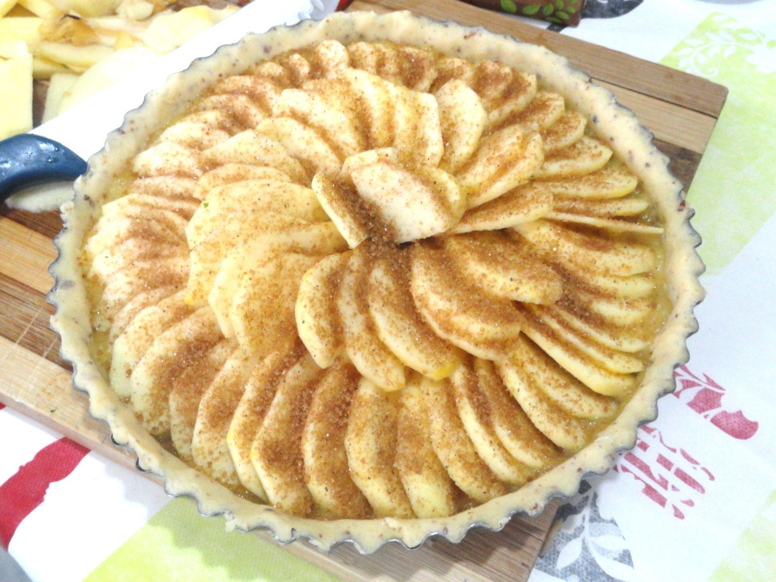 Tarte aux pommes à la compote de pomme, cassonade et cannelle ( pâte sucrée aux amandes de Cyril Lignac)