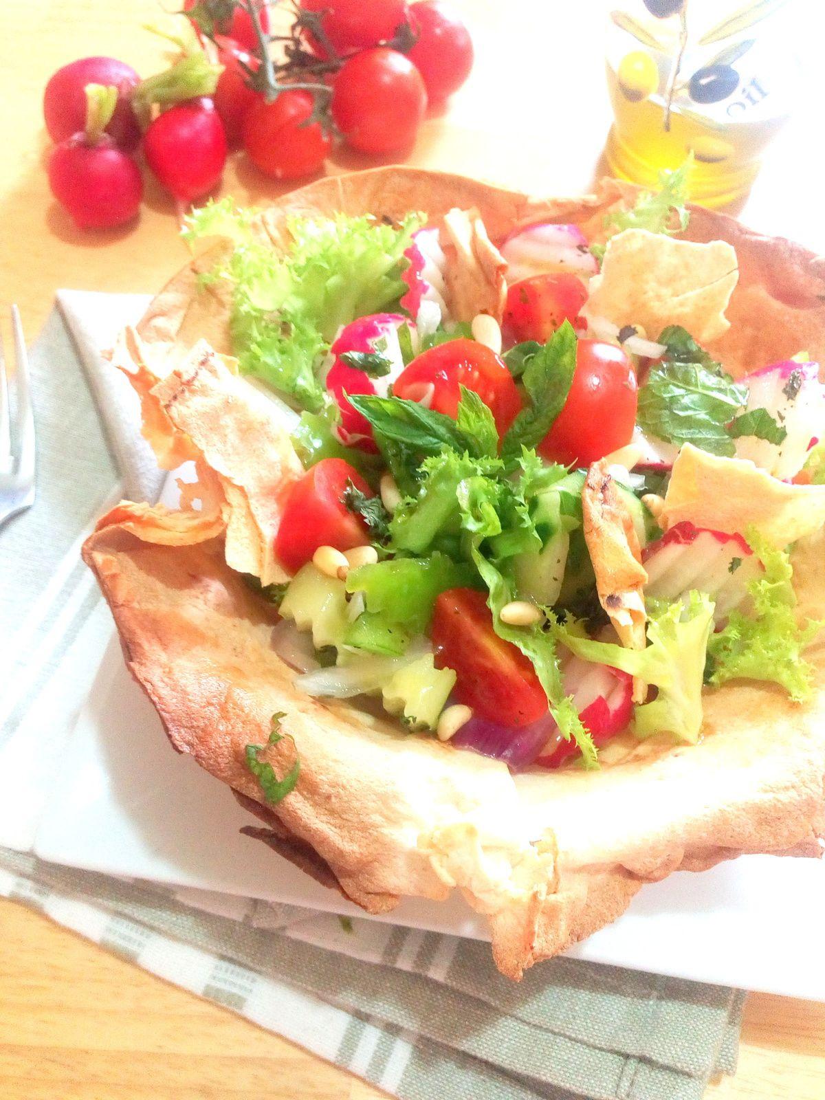 Salade fettouche servie dans un bol en raghif. (pain syrien)