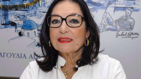 nana mouskouri, une chanteuse grecque très célèbre qui revendique au long d'une carrière de 6 décennies plus de 300 disques d'or à travers le monde