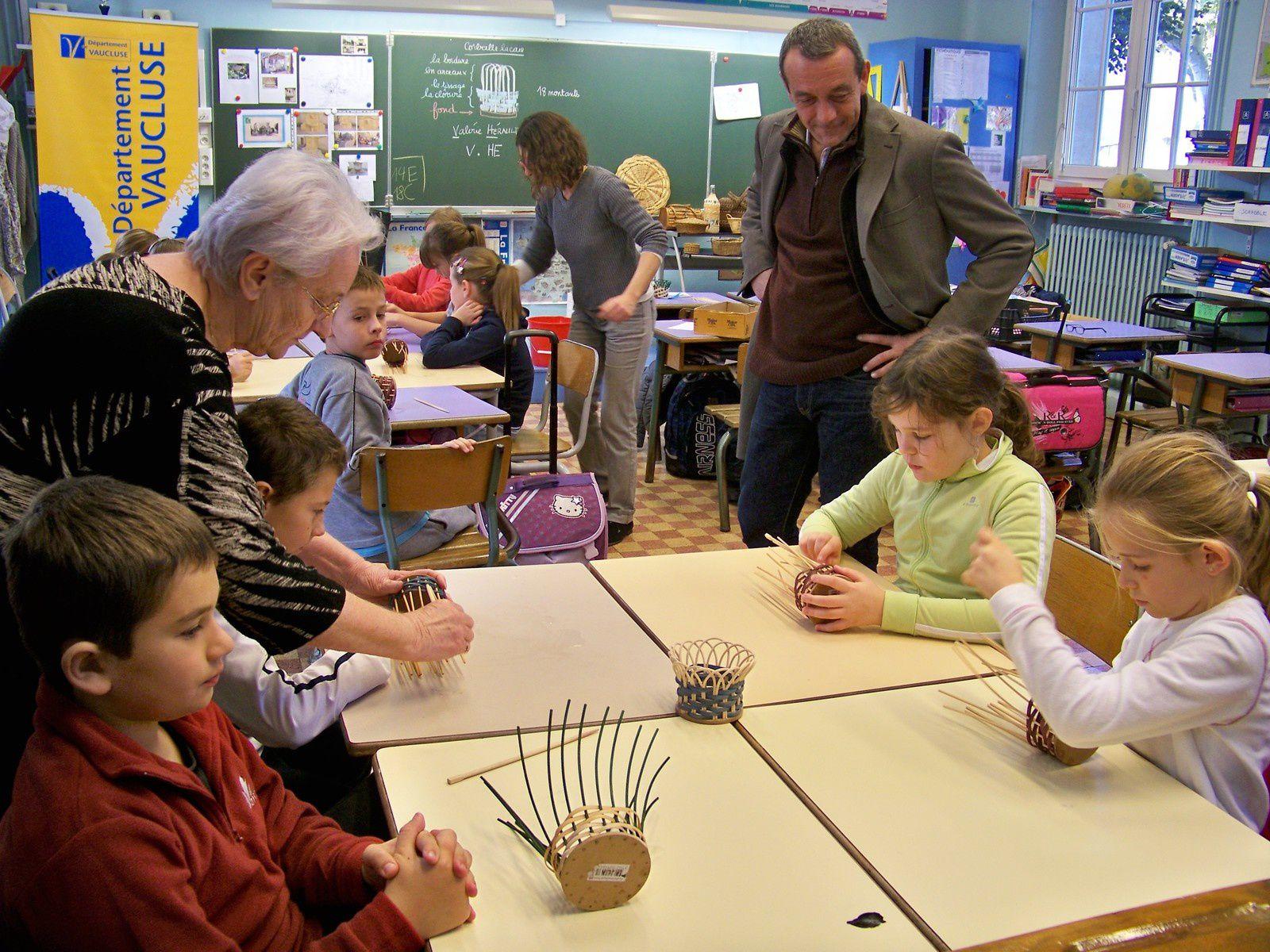 Les enfants découvrent la vannerie