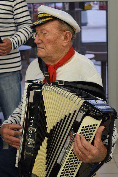 Carrefour Market a accueilli les artisans d'art avec tambours et chansons