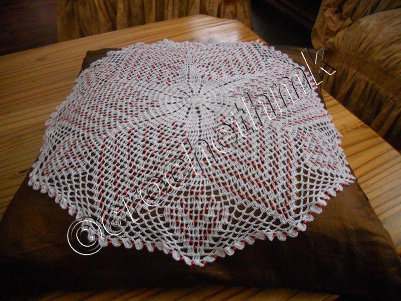 napperon crochet et perle rouge