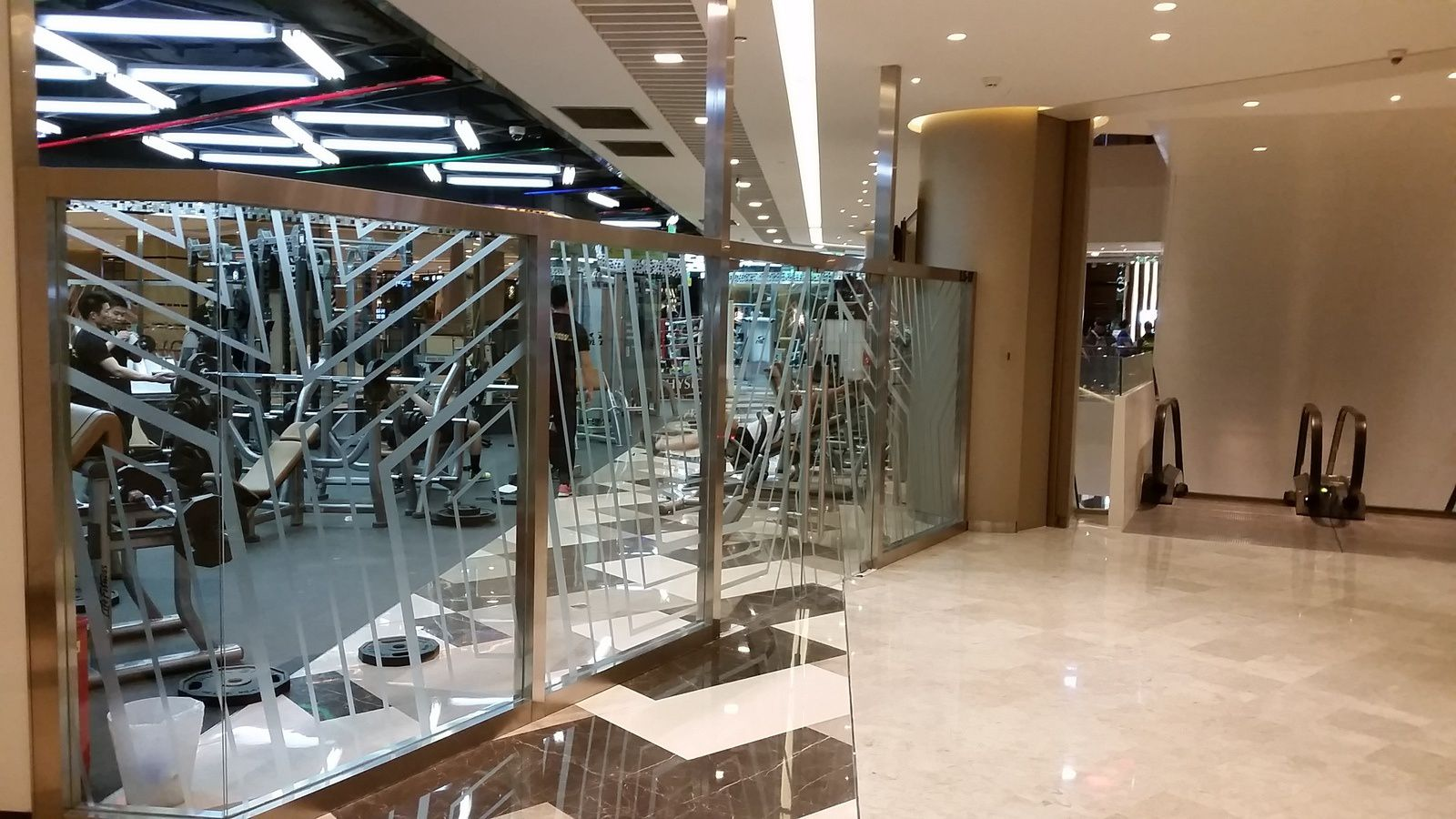 # 2 Best of Shanghai malls : Cristal Mall - stores, mais également restaurants, salles de sports et cabinets médicaux.