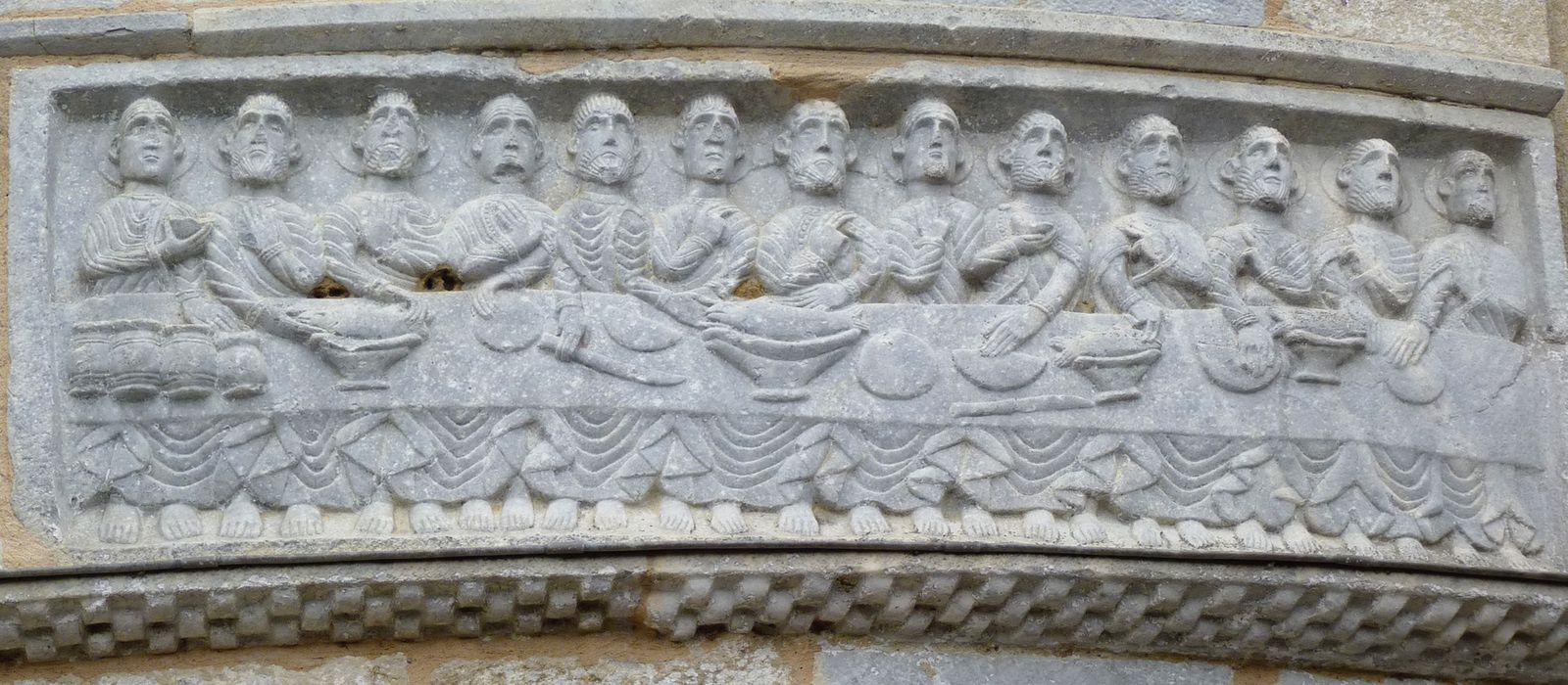 La Cène : un bas relief de l'abside