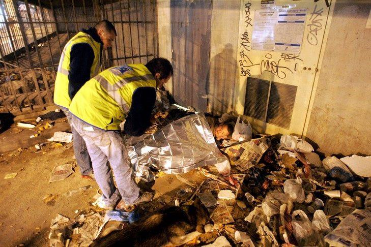 Un sans-abri à Marseille, dans le sud de la France, le 24 novembre 2005 / AFP/Archives