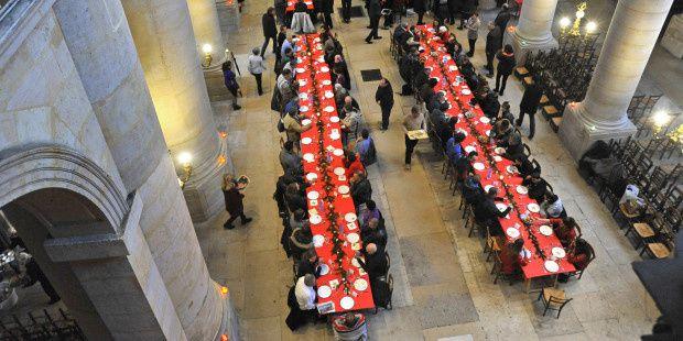 © P.RAZZO I CIRIC 13 Décembre 2014 : Déjeuner de Noël pour les personnes de la rue dans la nef de l'église Saint-Etienne-du-Mont. Le repas est servi et partagé par des paroissiens bénévoles et des membres de la Conférence Saint Vincent de Paul.