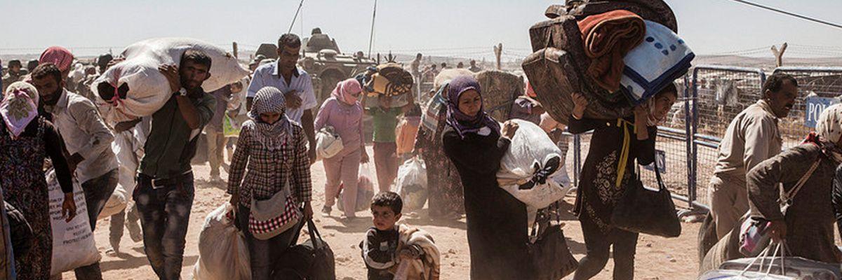 Des réfugiés kurdes syriens se rendent en Turquie en provenance de Syrie, près de la ville de Kobani. Photo HCR/I. Prickett