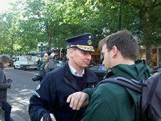 """Josy Dubié, ancien correspondant de guerre et ancien sénateur (ne figure pas sur la photo) a dit à ce zélé officier de police : """" Cela se passait comme ça au Chili, il y a quarante ans !"""""""
