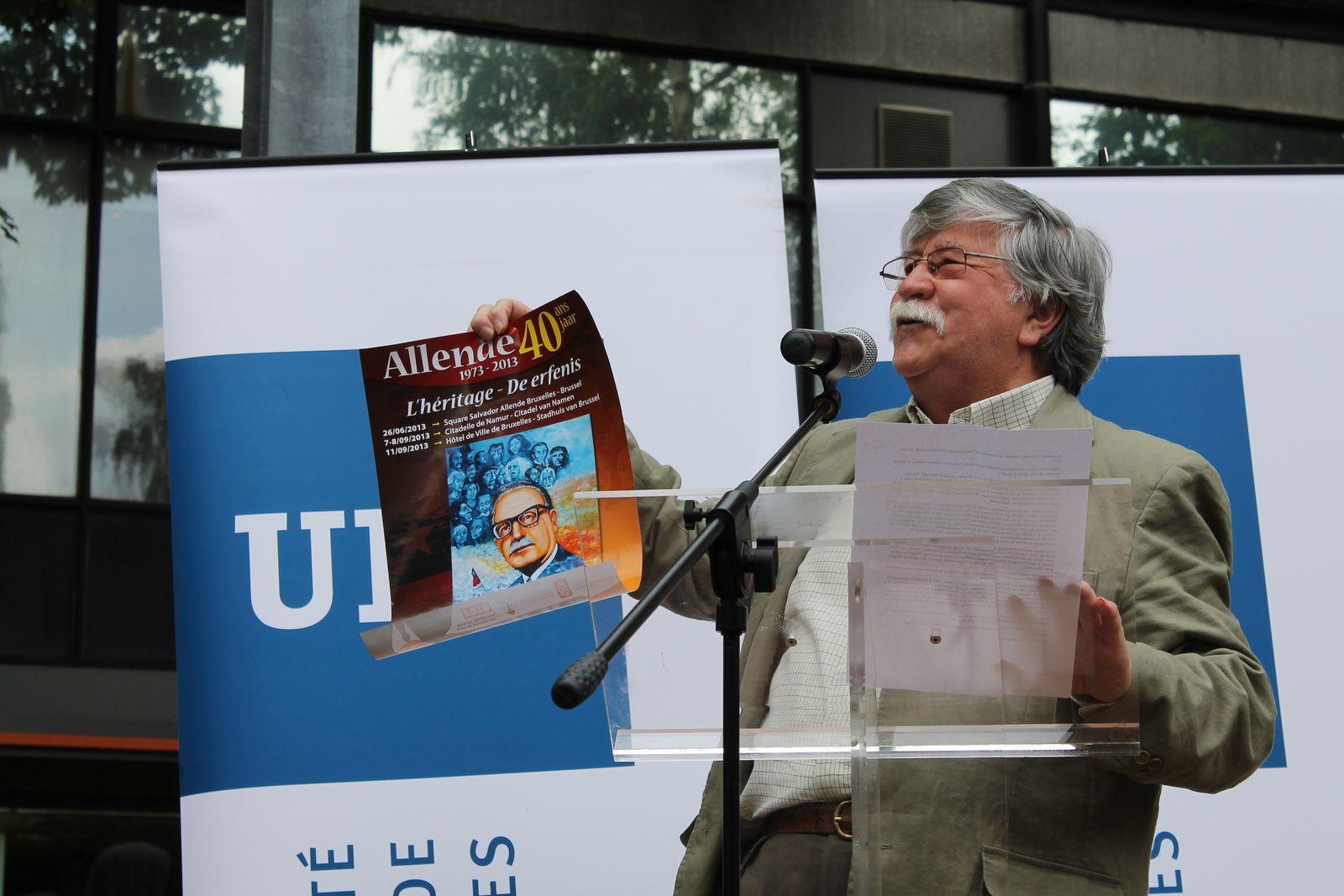 Sergio Rojas Fernandez montrant l'affiche du Comité Allende 40 réalisée par le graphiste chilien Claudio Maldonado Diaz