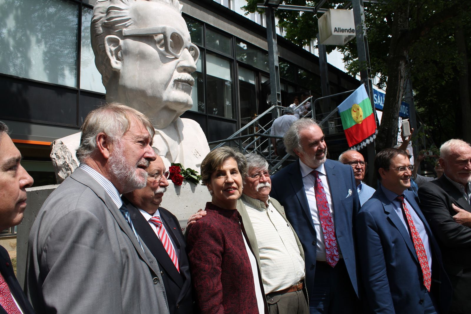 Le buste de Salvador Allende inauguré par Madame Isabel Allende. De gauche à droite : l'ambassadeur du Chili, Pierre Galand, André Flahaut, Président de la Chambre des représentants de Belgique, Isabel Allende, Sergio Rojas Fernandez, le Recteur Didier Viviers, le Président de l'ULB Alain Delchambre, Josy Dubié
