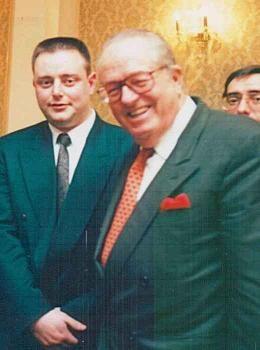 Cette photo ancienne dérange Bart De Wever qui n'hésitait pas à s'afficher avec Jean-Marie Le Pen lorsqu'il était un jeune leader nationaliste flamand.