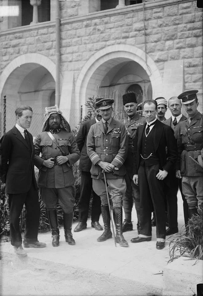 Rencontre en 1917 à Jérusalem avec une délégation juivre britannique. De gauche à croite, TE Lawrence, le roi Abdallah Ier de Transjordanie, Sir Geoffrey Salmond, commandant de Jérusalem, Sir Herber Samuel pour la délégation juive