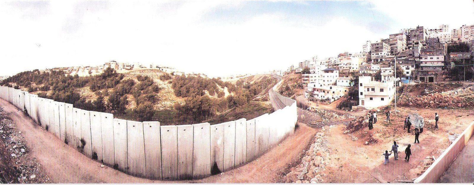 Vue panoramique du mur séparant le camp de réfugiés Palestiniens Shu'fat de la municipalité de Jérusalem. Ces réfugiés au statut indéfini n'ont aucune possibilité d'accéder aux services municipaux de la ville de Jérusalem. C'est de l'apartheid pur et simple ! Cette photo nous a été offerte par le même directeur d'école.