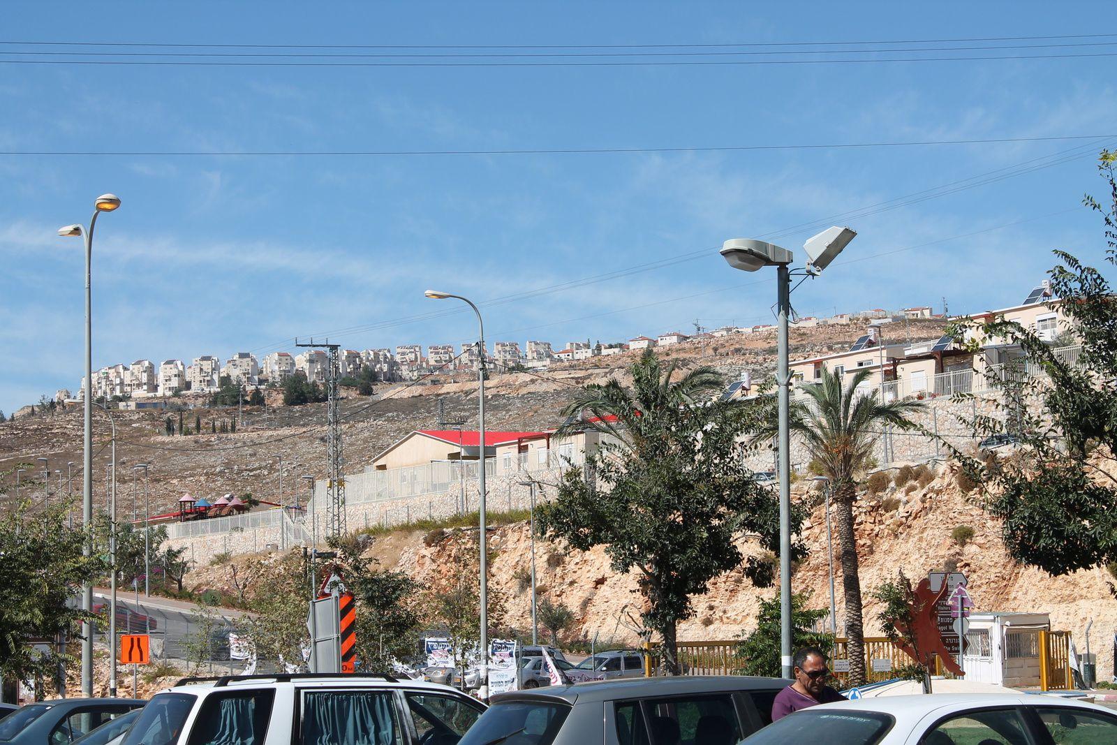 Une colonie israélienne de logement non loin de Jérusalem située au sommet des collines longeant une des routes des colons. On remarquera les clôtures devant l'ensemble des bâtiments.