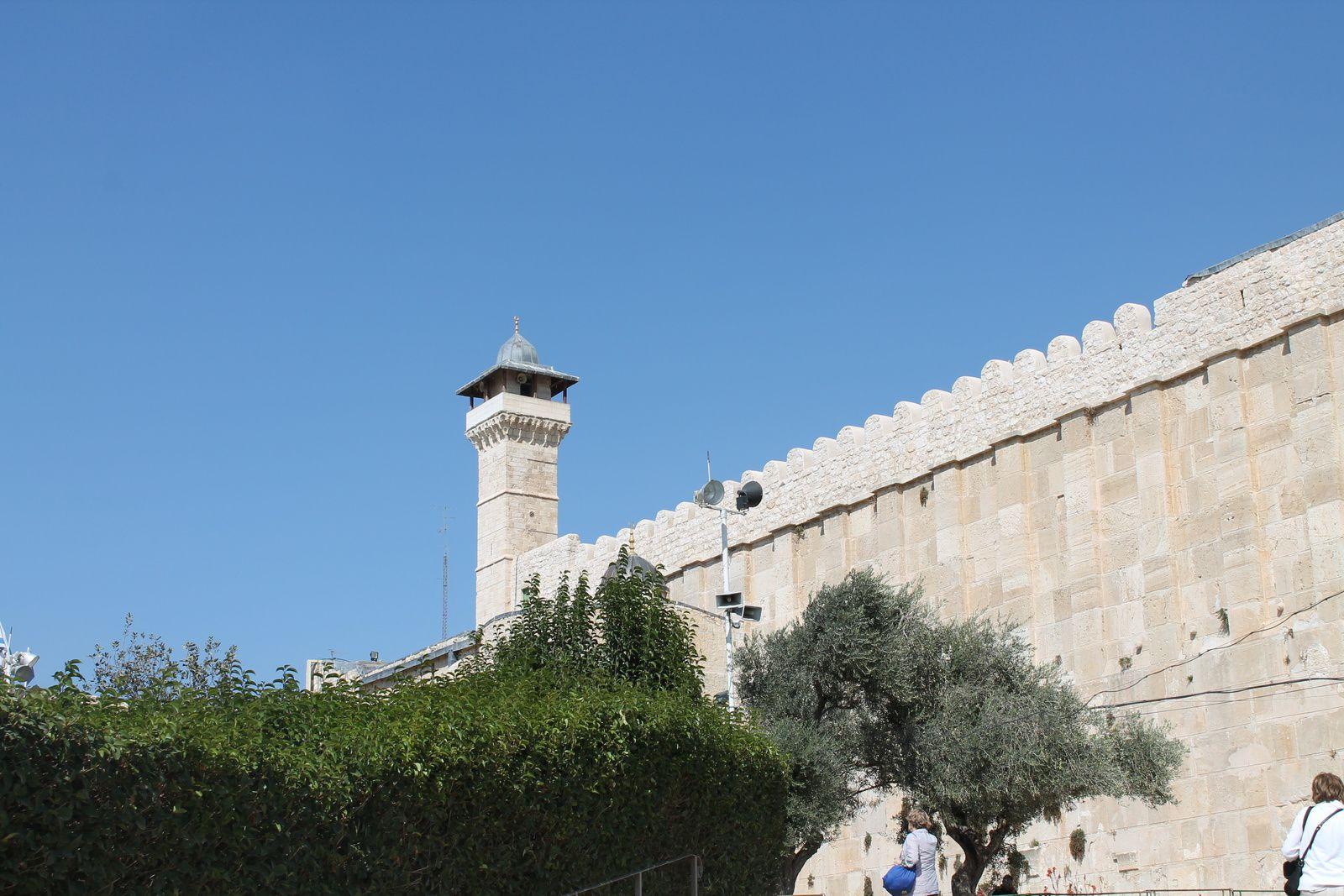 """Vue de la mosquée des Patriarches qui a été divisée en deux par les colons. En dessous du minaret, la partie musulmane. La partie """"synagogue"""" se trouve à l'intérieur du bâtiment à droite"""
