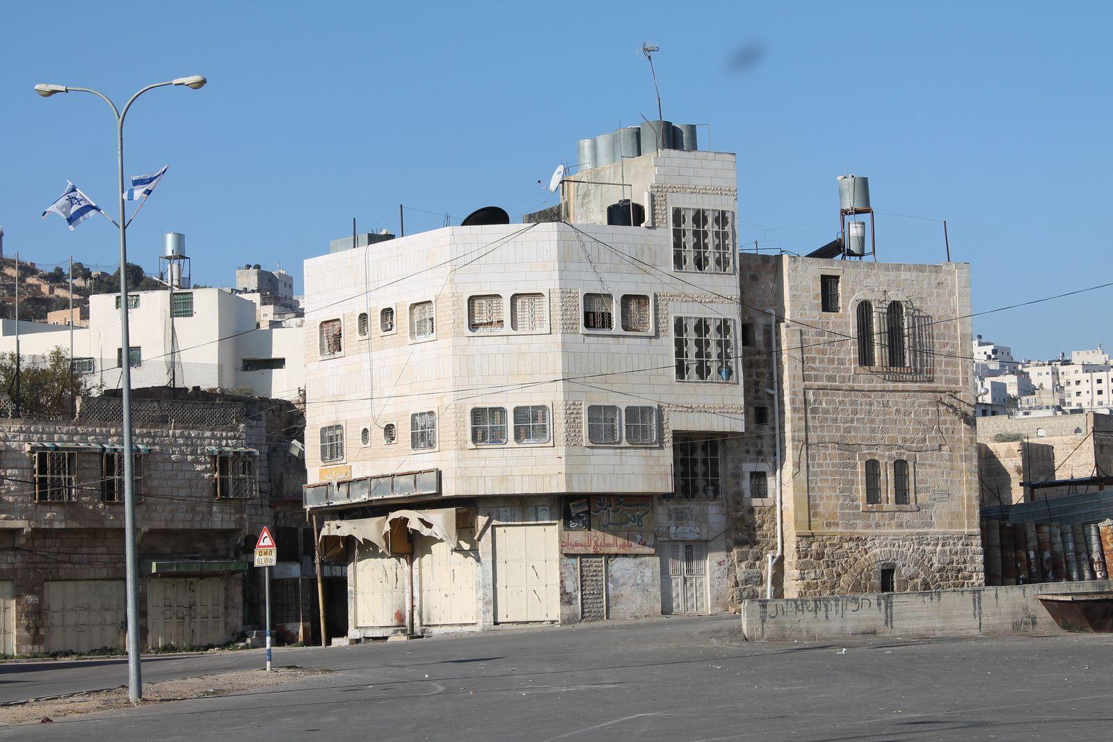L'immeuble à l'avant-plan était occupé par des familles palestiniennes. Il est vide aujourd'hui et les grillages des fenêtres ont été soudés pour que personne ne puisse plus y pénétrer.
