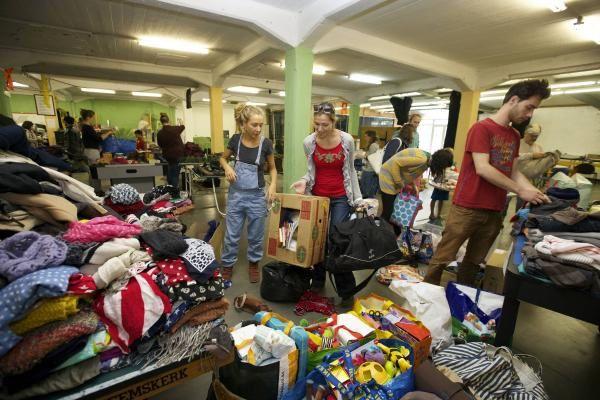 """D'innombrables lots de vêtements, de couvertures et d'objets divers destinés aux réfugiés provenant de la générosité des """"simples"""" citoyens."""