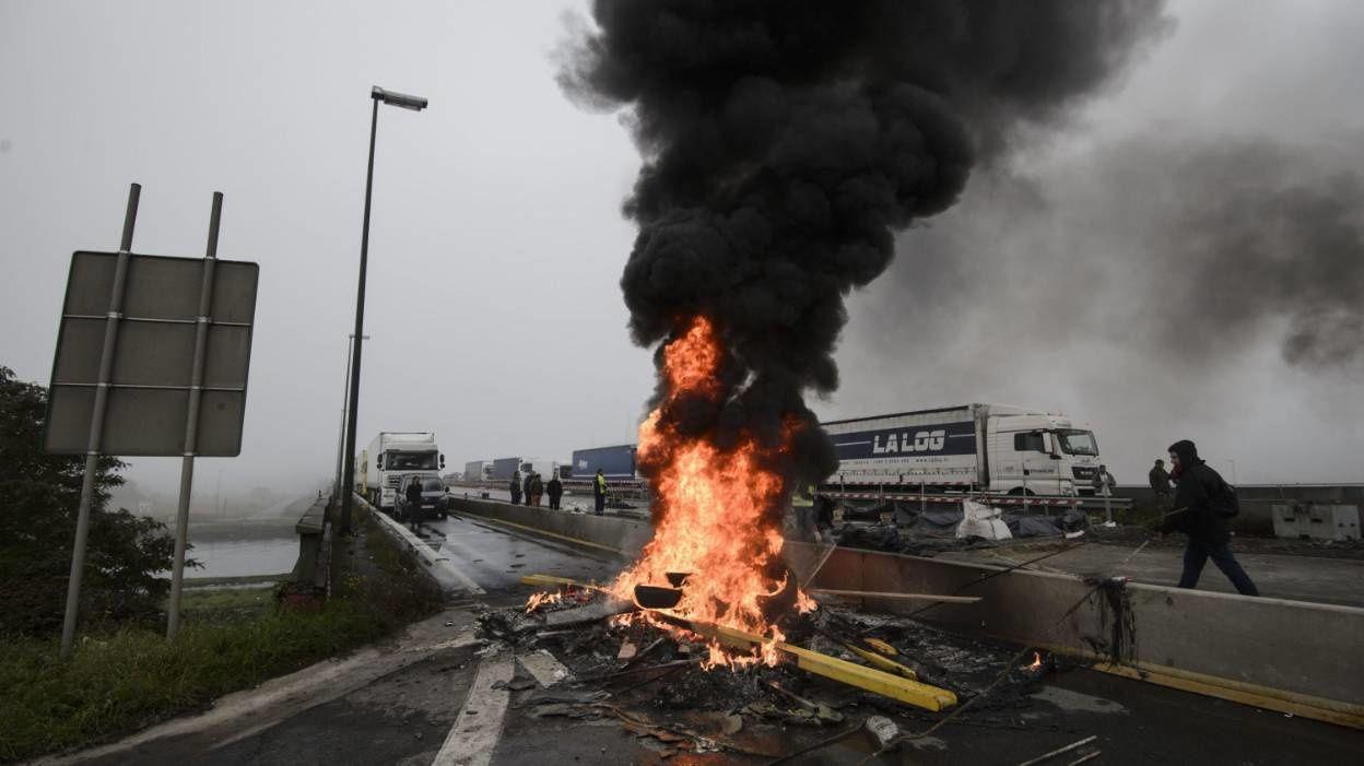 L'autorute E40 près de Liège a été bloquée par des syndicalistes de la FGTB lors de la journée d'action du 19 octobre.