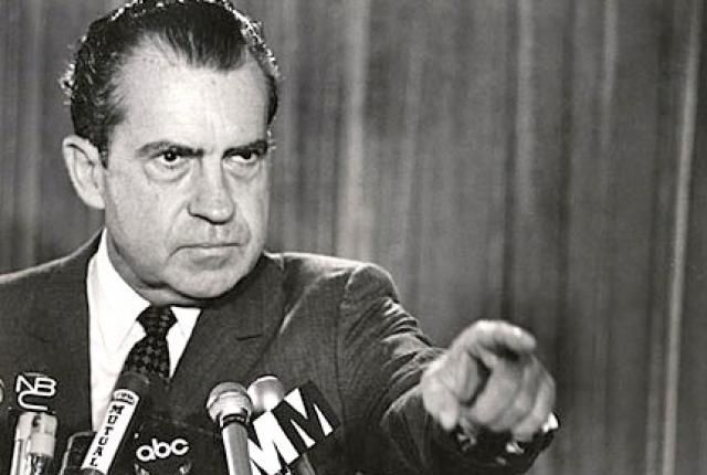Richard Nixon décida unilatéralement de faire flotter le dollar, rompant ainsi les accords de Bretton Woods.