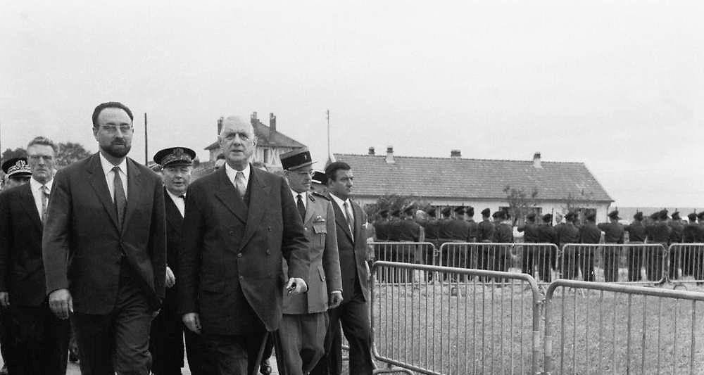 Edgard Pisani avec le général de Gaulle en visite à une exploitation agricole