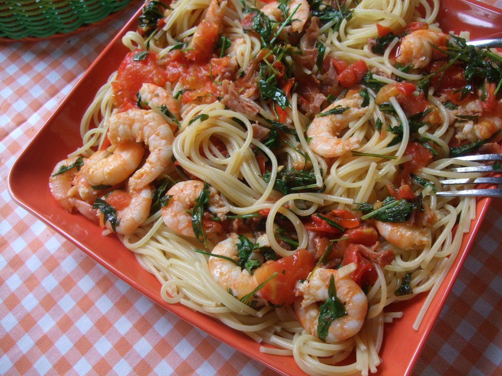 Spaghettis à la roquette,aux crevettes, jambon de Parme et tomates