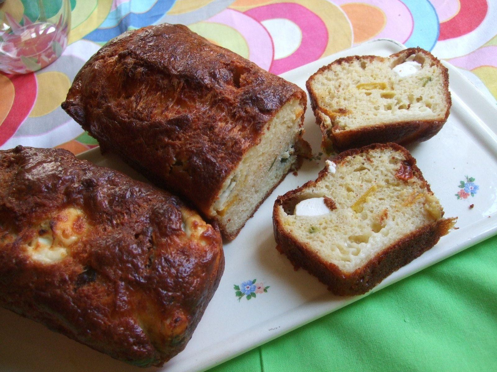 Cake aux courgettes, tomates séchées et fromage de chèvre