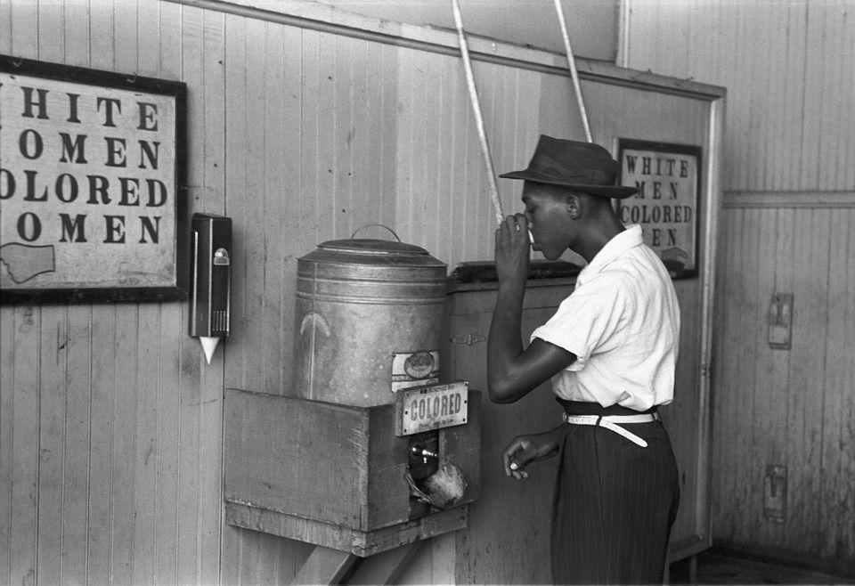 Scène quotidienne dans le Sud des Etats-Unis, pendant la ségrégation.