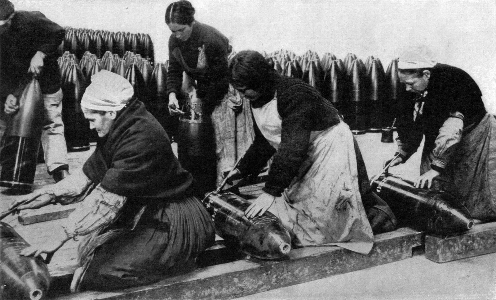 Fabrication d'obus par des femmes françaises de tous âges, Première Guerre mondiale.
