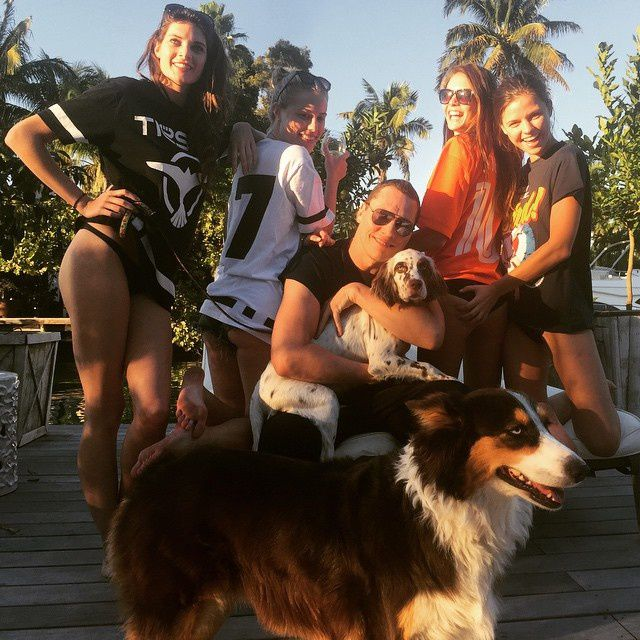 Tiësto with girls and ... dogs !!