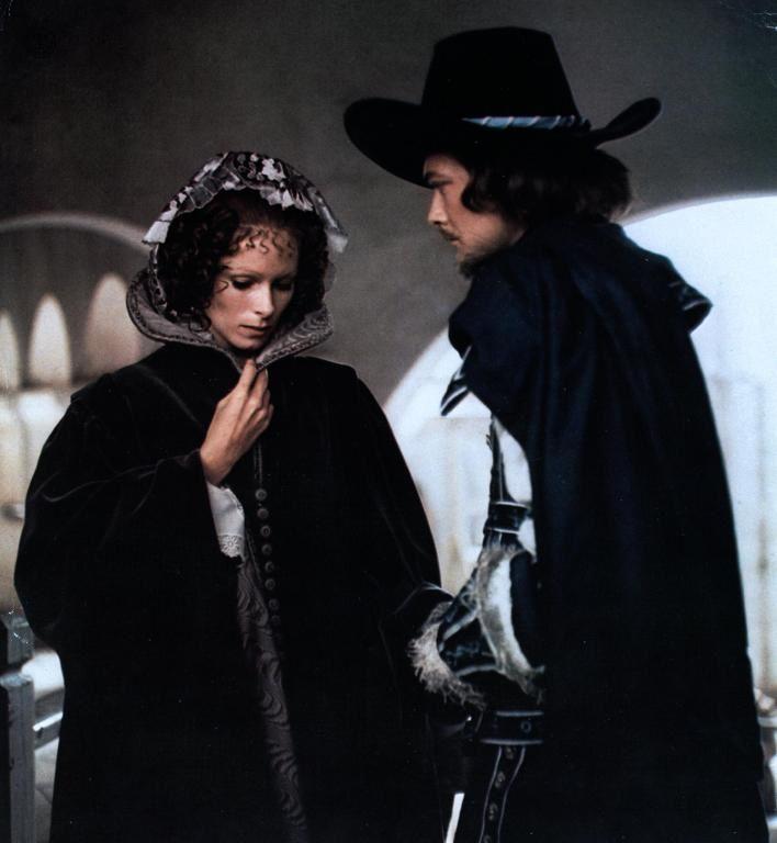 """Geraldine Chaplin/Anne d'Autriche et Simon Ward/Duc de Buckingham dans """"Les trois mousquetaires"""" (Lester, 1973) (image : www.cinema.de)"""