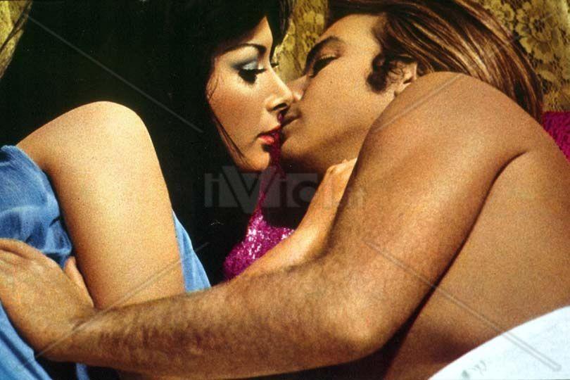 """Edwige Fenech et Robert Hoffmann dans """"La vie sexuelle de Don Juan"""" (Brascia, 1970) (image : www.ivid.it)"""