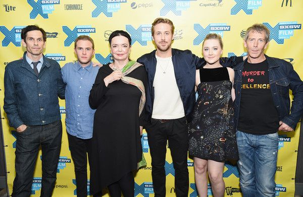 "Barbara Steele aux côtés de Ryan Gosling et de l'équipe de ""Lost River"" (2014) (Source : Michael Loccisano/Getty Images North America)"