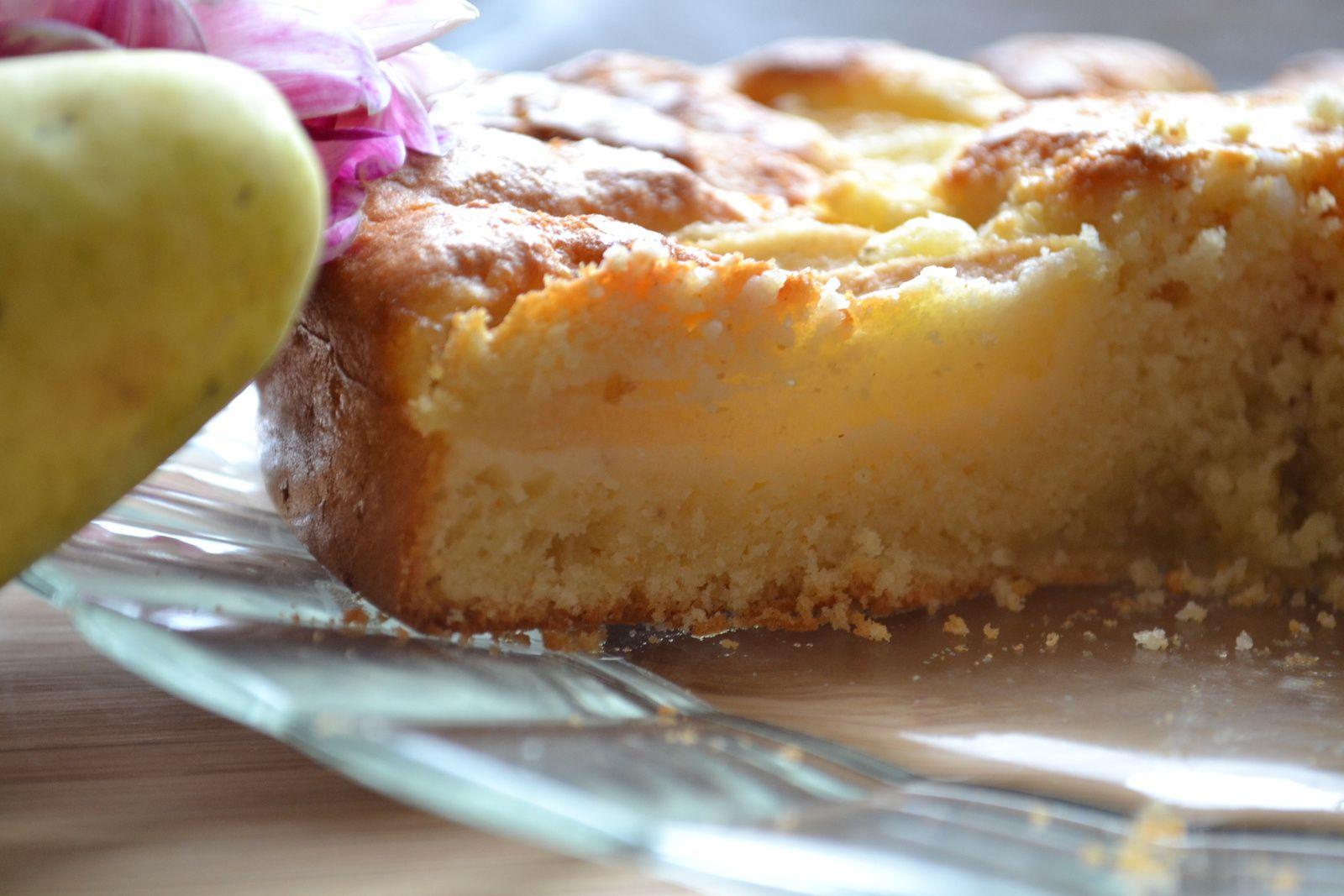 Gâteau au lait fermenté, aux poires et aux grains de sucre