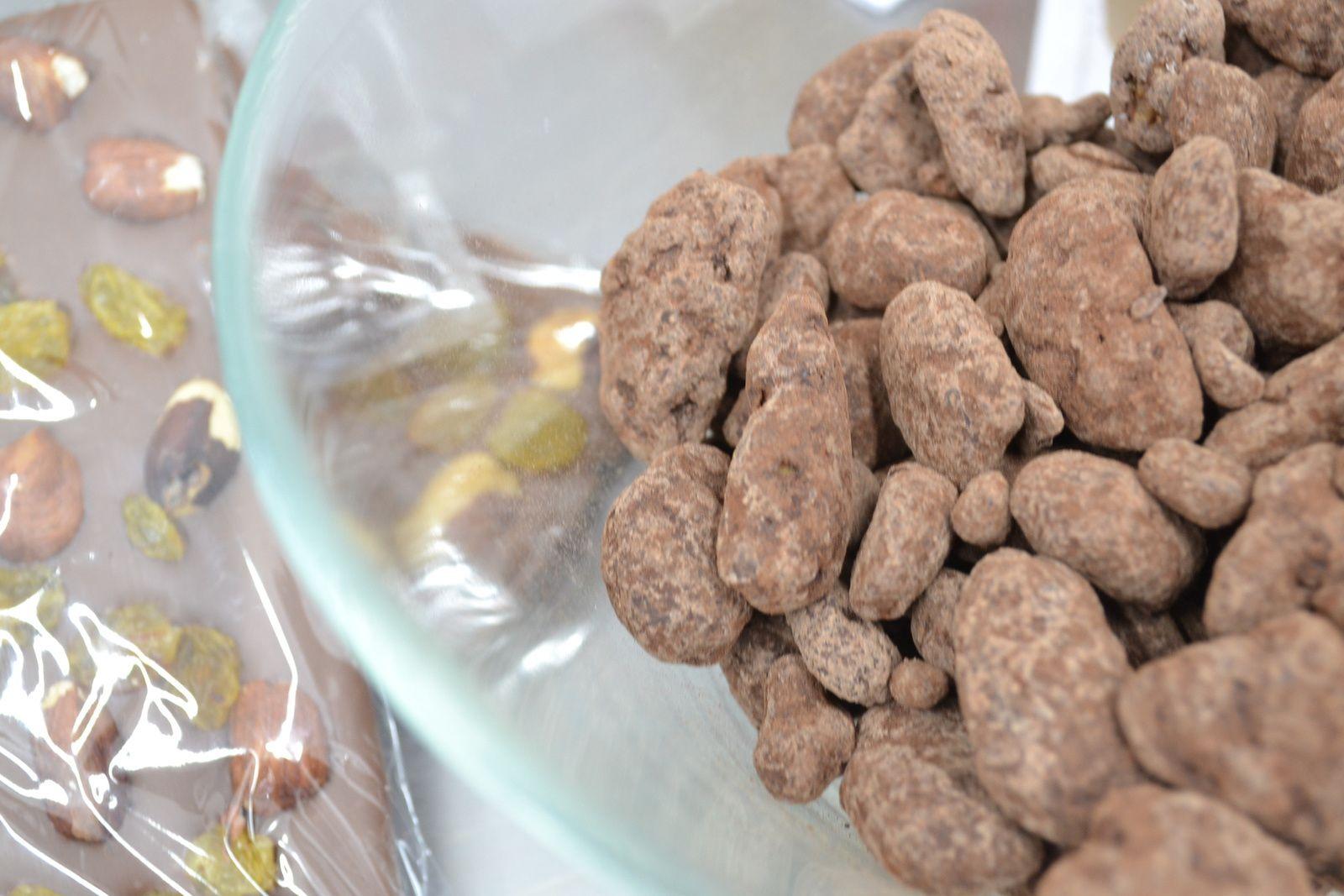 Claude propose des pâtes de fruits - là ananas - mais aussi des amandes et des noisettes au chocolat.