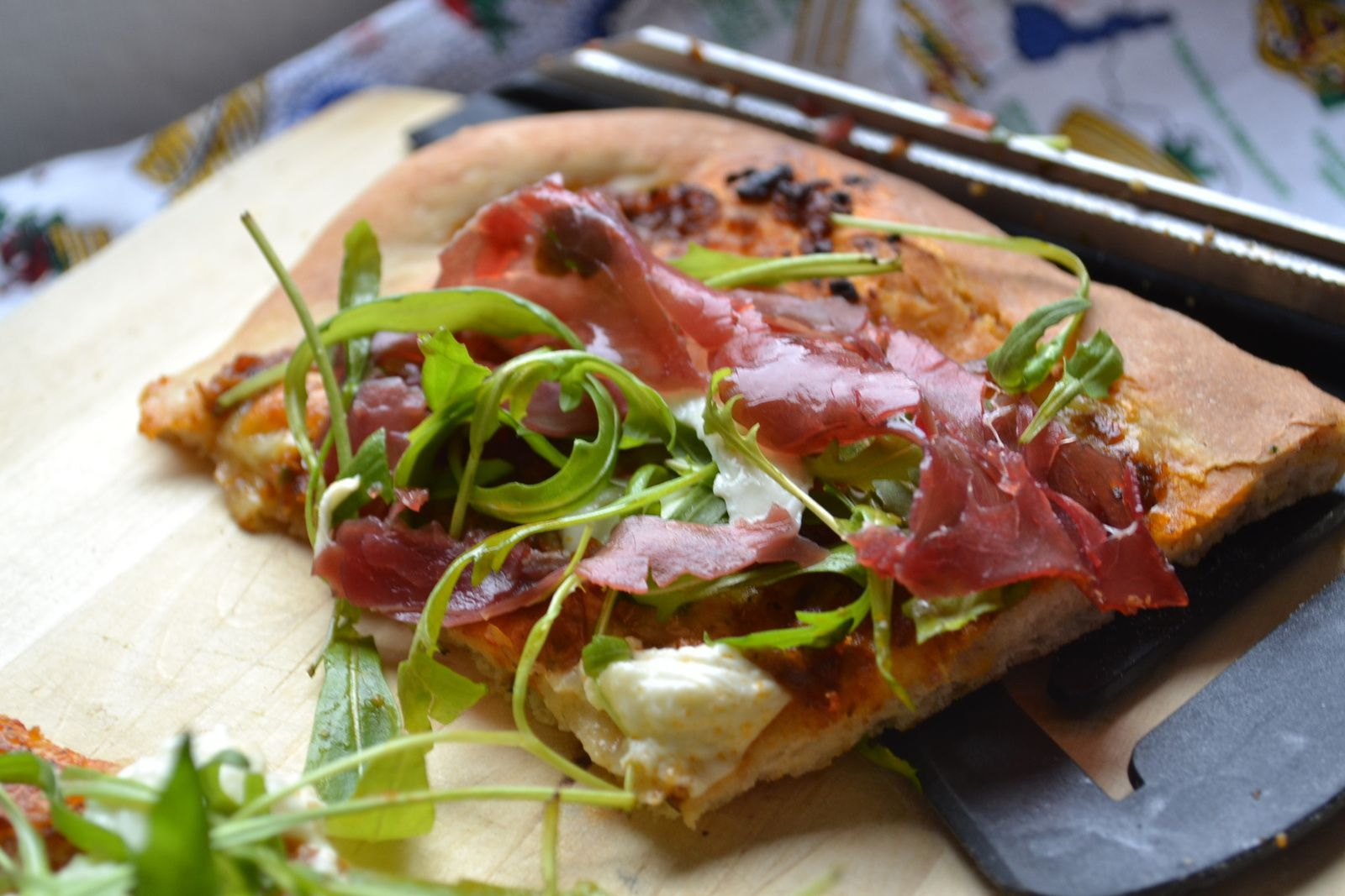 Pizza sauce poivron aubergine roquette et viande des Grison