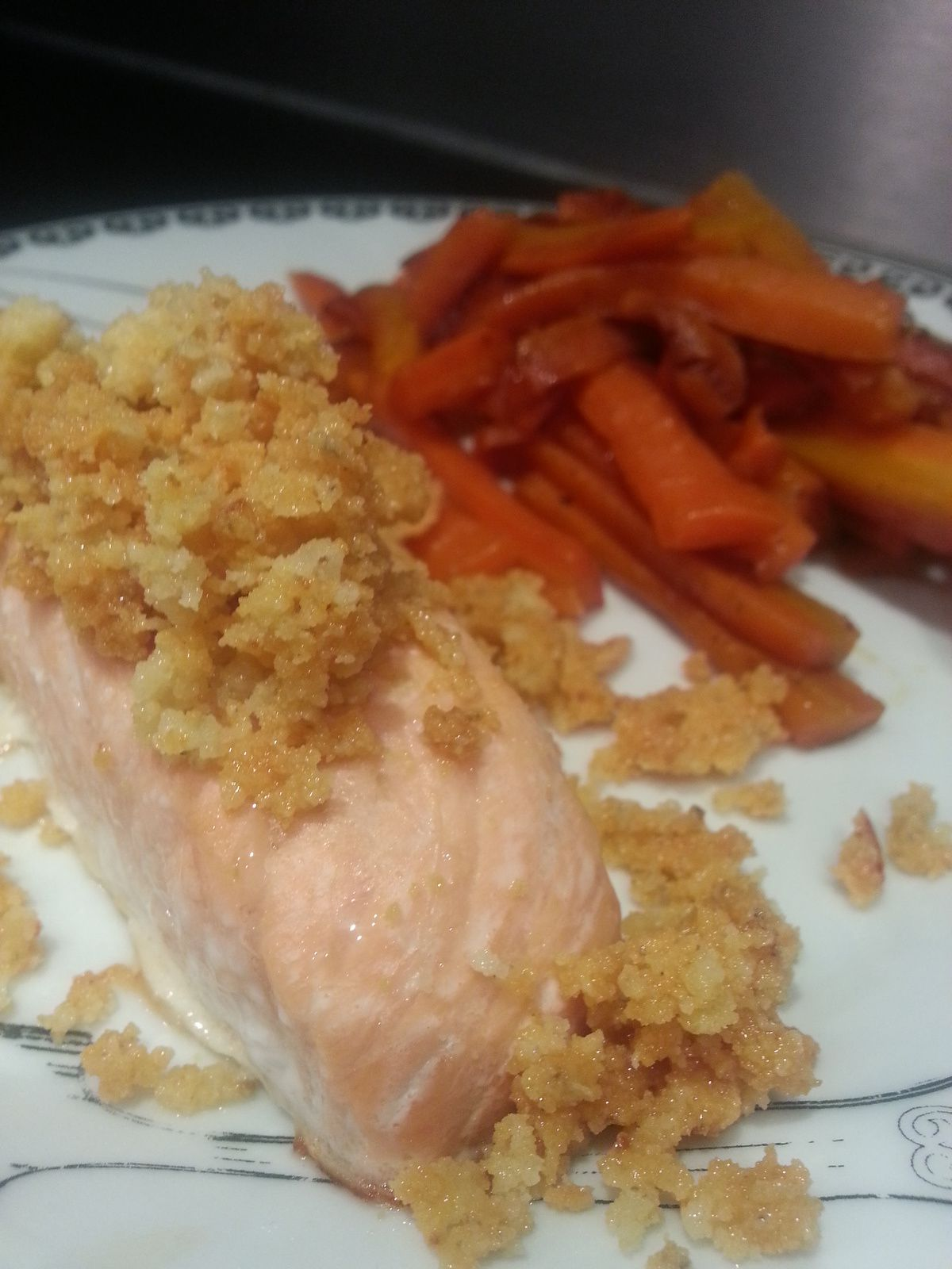 Saumon au crumble de roquefort et carottes glacées à l'orange