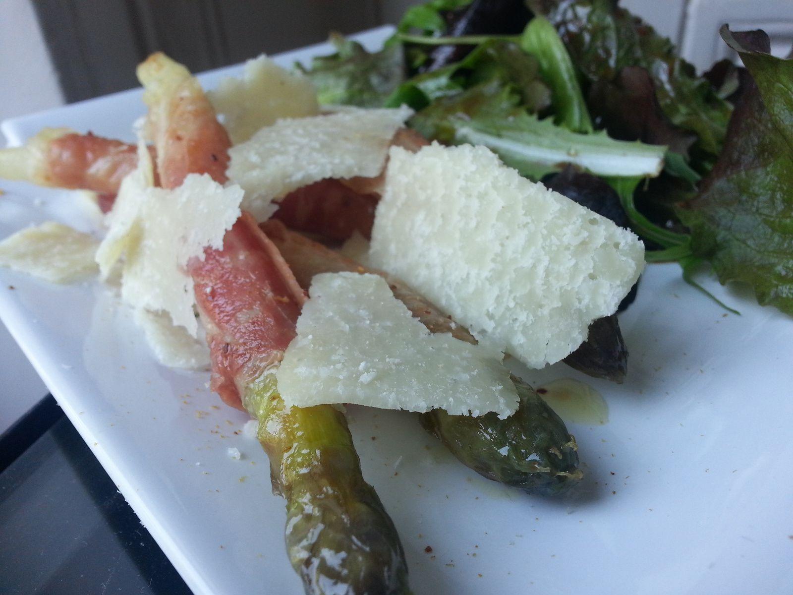 Asperges bardées de jambon cru et copeaux de parmesan