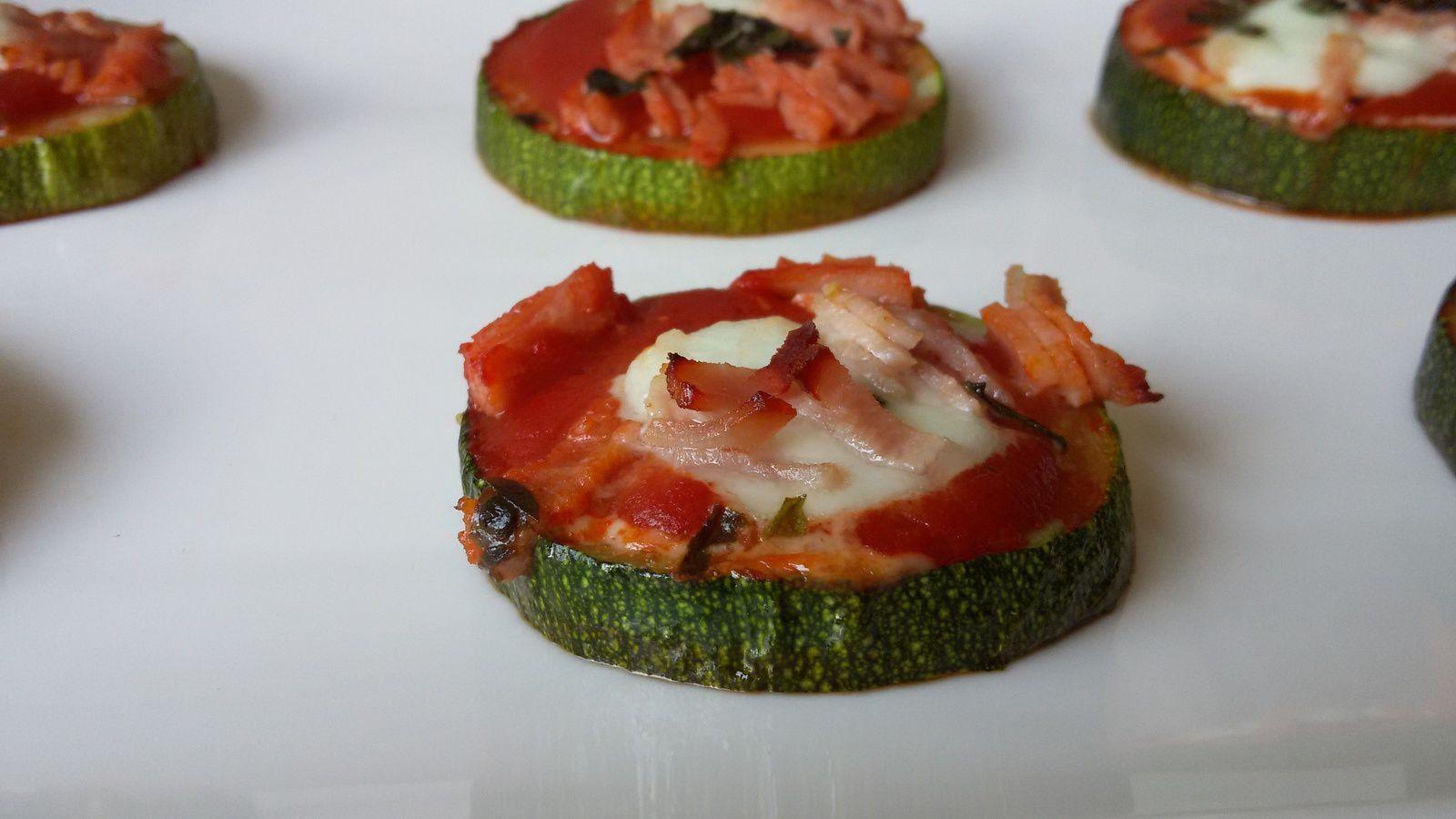 Mini pizza light sur des rondelles de courgettes / garniture au choix: jambon, champignons, chorizo, anchois, ...