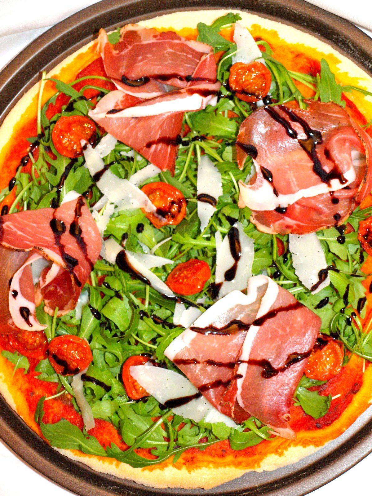 Pizza au speck & vinaigre de truffe blanche.