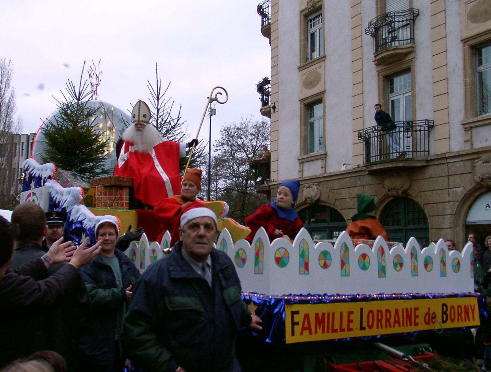 St Nicolas s'occupe des enfants sages en leur distribuant des bonbons pendant que son inséparable acolyte, le Père Fouettard, s'occupe des polissons en leur donnant des coups de bâton. Vous en saurez plus le mois prochain.