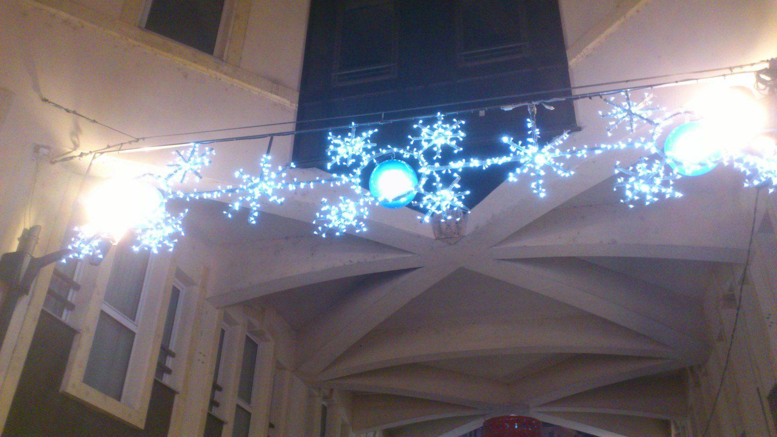 Un lampadaire original au coin d'une rue : il neige à l'intérieur