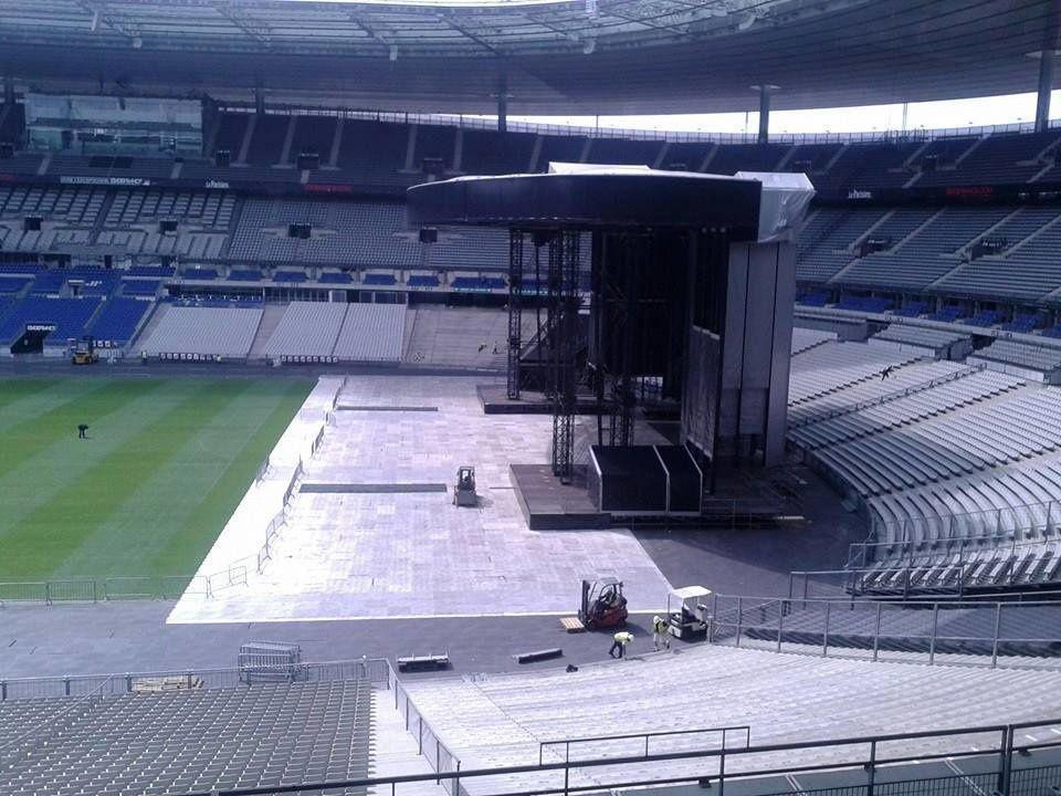 Adaptation de la scène pour le Stade de France
